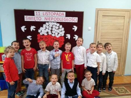 Wspólne śpiewanie hymnu w Przedszkolu nr 8 w Malborku