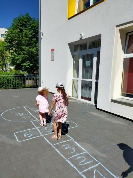 Zabawy podwórkowe - zabawa I